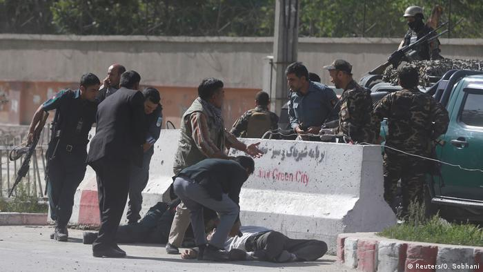 Verletzte werden nach dem zweiten Anschlag versorgt