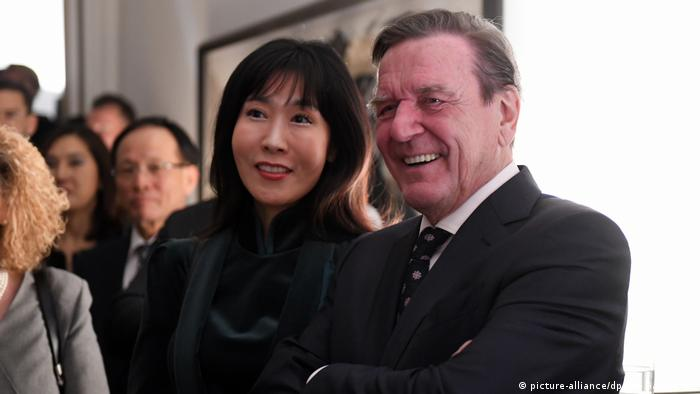 Kim So-yeon and Gerhard Schröder (picture-alliance/dpa/M. Gambarini)