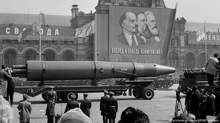 در دهههای گذشته در برخی از کشورهای جهان زمامدارانی قدرت را به دست گرفتند و با برپاکردن حکومتهای دیکتاتوری خونین، ادعا کردند که سیاستهایشان بر گرفته از تئوریهای کارل مارکس است. (عکس رژه ارتش سرخ در روز اول ماه مه سال ۱۹۶۳ در مسکو از مقابل تصاویر لنین، مارکس و انگلس.)