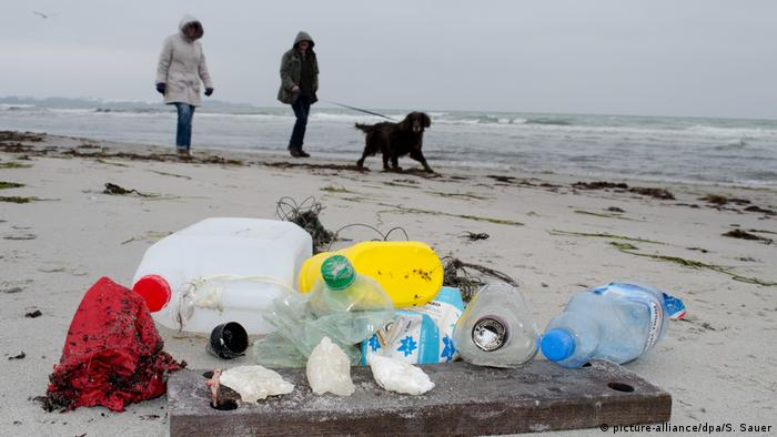 Discarded plastic on a beach (picture-alliance/dpa/S. Sauer)