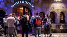 Amsterdam Touristen vor Bar und Coffeeshop