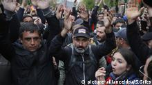 28.04.2018, Armenien, Wanadsor: Nikol Paschinjan (M), Oppositionsführer aus Armenien, applaudiert bei einem Protest. Paschinjan hat in den vergangenen zwei Wochen Massenproteste gegen Korruption und Vetternwirtschaft organisiert und damit Regierungschef Sargsjan zum Rücktritt gezwungen. Vor der Abstimmung über einen neuen Regierungschef in Armenien am Dienstag hat die Opposition mit neuen Protesten einen Machtwechsel gefordert. (zu dpa «Armenische Opposition organisiert neue Massenproteste» vom 29.04.2018) Foto: Sergei Grits/AP/dpa +++(c) dpa - Bildfunk+++ |