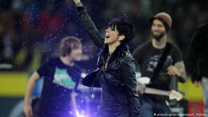 Nena during a performance at a Bundesliga game in 2010 (picture-alliance/sampic/C. Pahnke)