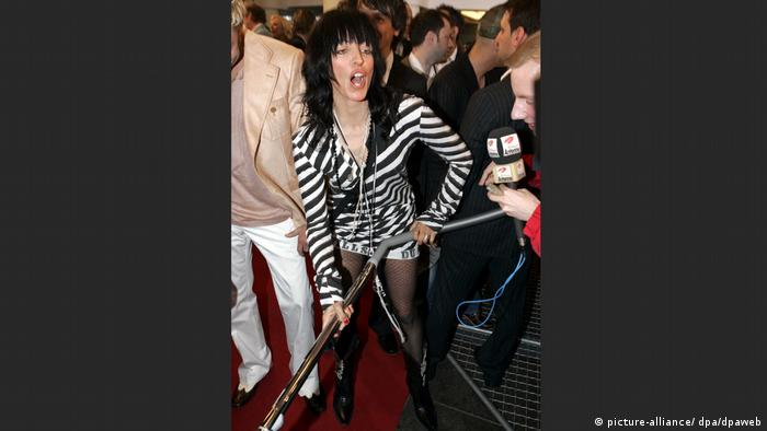 Nena at the Echo awards in 2004 with a vacuum cleaner in her hands. (picture-alliance/ dpa/dpaweb)