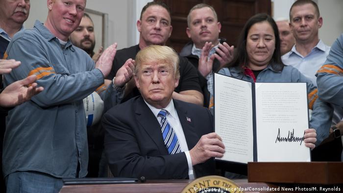 USA Präsident Trump unterzeichnet Dekret zu Strafzöllen auf Stahl und Aluminium (picture-alliance/dpa/Consolidated News Photos/M. Reynolds)