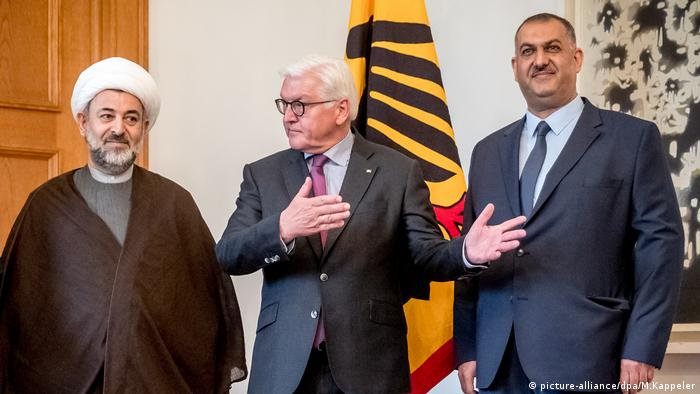 Steinmeier stands next to Shiite Muslim leaders (picture-alliance/dpa/M.Kappeler)