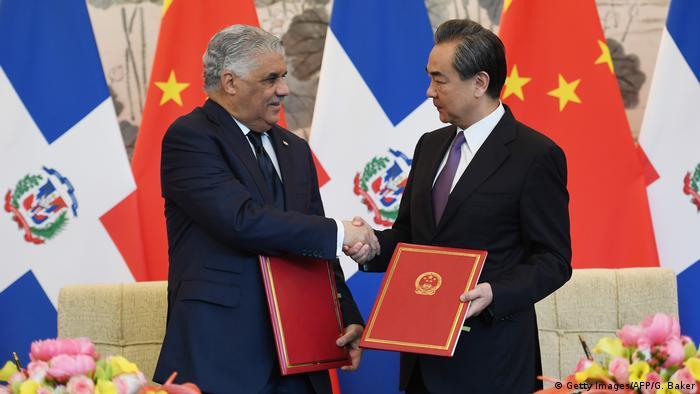 China Unterzeichnung des diplomatischen Abkommens zwischen der dominikanischen Republik und China in Peking (Getty Images/AFP/G. Baker)