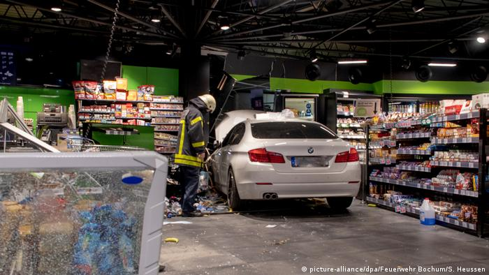 White car in a gas station shop (picture-alliance/dpa/Feuerwehr Bochum/S. Heussen)