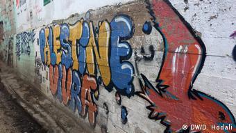 Граффити на стенах в лагере для палестинских беженцев в Ливане