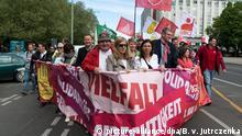 01.05.2018, Berlin: Irene Schulz (M), Mitglied des Hauptvorstands der IG Metall, und Sandra Scheeres (SPD), Berliner Bildungssenatorin, gehen an einer Baustelle an der Spitze des Demonstrationszuges der Gewerkschaften vorbei. Unter dem Motto Solidarität. Vielfalt. Gerechtigkeit. demonstrieren der Deutsche Gewerkschaftsbund (DGB) und die Gewerkschaften zum Tag der Arbeit. Foto: Bernd von Jutrczenka/dpa +++(c) dpa - Bildfunk+++ | Verwendung weltweit