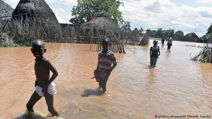 Children wade through floodwaters in Tana River county (picture alliance/AP Photo/A. Kasuku)