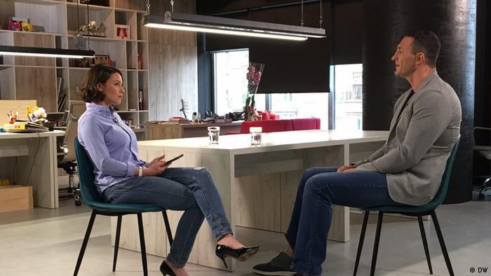 Владимир Кличко во время интервью с Жанной Немцовой
