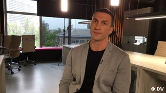 Владимир Кличко во время интервью Жанне Немцовой