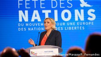 Η επικεφαλής του Εθνικού Μετώπου Μαρίν Λεπέν στο βήμα της πρωτομαγιάτικης εκδήλωσης στη Νίκαια