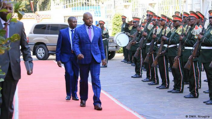 Nkurunziza inspects soldiers (DW/A. Niragira )