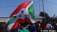 Bewohner von Burundi mit Flaggen. - 2017 Foto: DW/Antéditeste Niragira