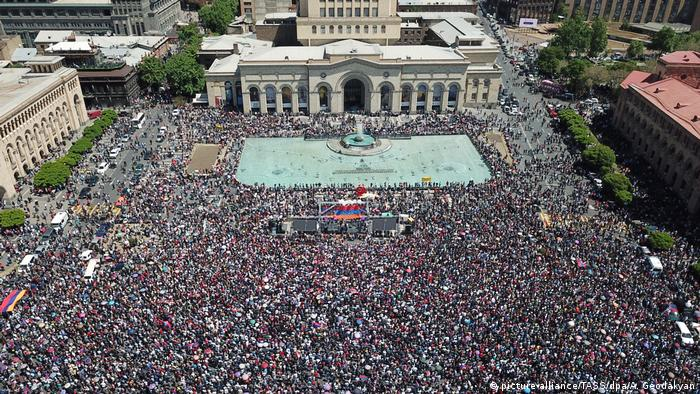 Crowds in Yerevan (picture-alliance/TASS/dpa/A. Geodakyan)