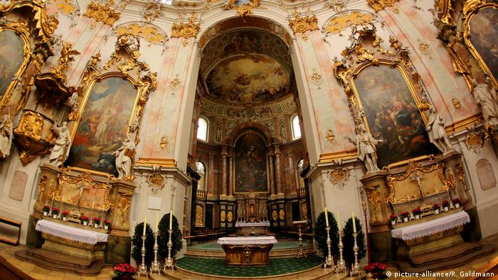 Kloster Ettal interior shows gold framed paintings and an altar (picture-alliance/R. Goldmann)