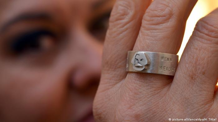 النا ویلا، طراح زینتآلات در شهر تریر، زادگاه مارکس، این انگشتر را به مناسبت دویستمین زادروز مارکس ساخته و روانه بازار کرده است.
