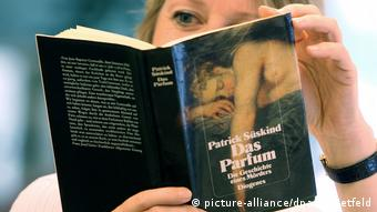 A person reads Patrick Süskind's book Das Parfum