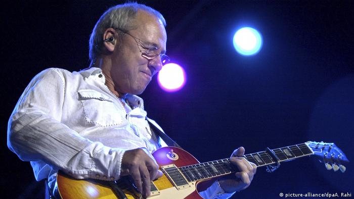 Mark Knopfler in Bombay (picture-alliance/dpa/AP Photo/A. Rahi)