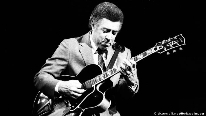 Kenny Burrell mit Gibson-Gitarre. (picture alliance/Heritage Images)