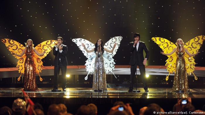 Singers on stage with butterfly wings (picture-alliance/dpa/J. Cartensen)