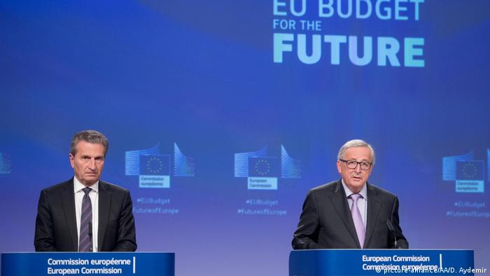 EU budget Commissioner Gunther Oettinger and European Comission Chief Jean -Claude Juncker announce the new EU budget (picture-alliance/AA/D. Aydemir)