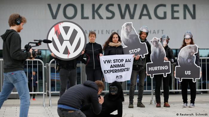 PETA Protest gegen VW-Tierversuche in Berlin