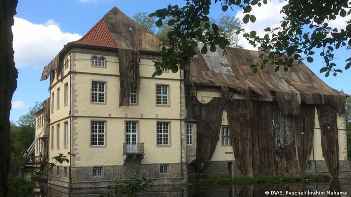 Замок Штрюнкеде у Герні закутують у джутові мішки