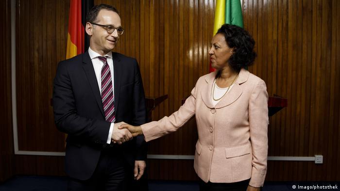 Auenminister Maas und die stellvertretende Außenministerin Äthiopiens, Hirut Zemene, geben sich bei der Begrüßung in Addis Abeba die Hand (Imago/photothek)
