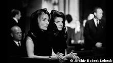 Das Kunstmuseum Wolfsburg zeigt in der Ausstellung Robert Lebeck. 1968 Fotografien, die der deutsche Stern-Journalist Robert Lebeck im Jahr 1968 aufgenommen hat. Und wir möchte eine Bildergalerie anlegen. Jackie Kennedy und ihre Schwester Lee Radziwill in der St. Patrick's Cathedral, New York, 7./8. Juni 1968