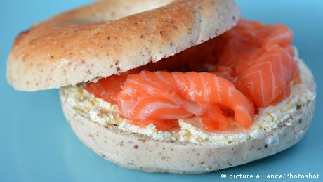 New York bagel with cream cheese and salmon (picture alliance/Photoshot)
