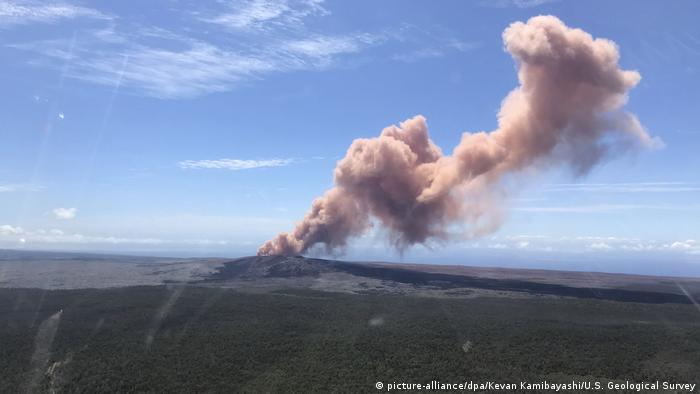 Kilauea volcano erupts on May 3 on Hawaii's Big Island (picture-alliance/dpa/Kevan Kamibayashi/U.S. Geological Survey)