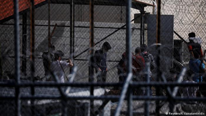 soldaten hinter stacheldraht