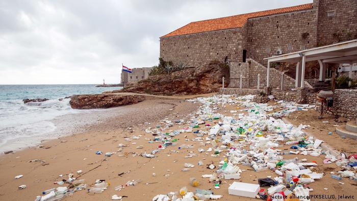 Prema jednoj studiji iz 2017. o čijim rezultatima je pisao njemački Die Zeit hrvatski građani proizvode najmanje plastike po glavi stanovnika. No, početkom ove zime je južnu obalu Hrvatske i otoke zapljusnuo val smeća. U dubrovačkom Institutu za more i priobalje tvrde da 80 posto plastičnog otpada koji je preplavio dubrovačke plaže (na fotografiji) potječe iz Albanije.