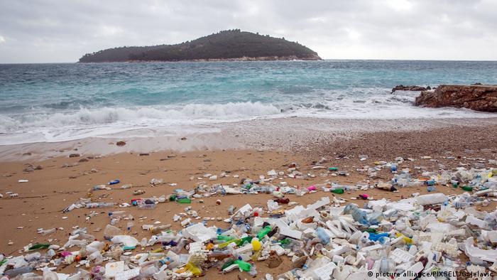 Ljeti je dubrovačka plaža Banje puna kupača. Početkom prosinca je izgledala ovako: puna plastičnih boca i drugog naplavljenog otpada. Ništa novo, samo u većim količinama, reći ćete. Ali u Banjama je osvanula ipak jedna neuobičajena naplavina - protubrodska sidrena mina od 800 kilograma!