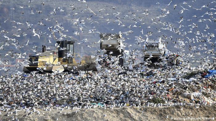 Auf Müllhalden ist es unmöglich, das beim Verrotten der Lebensmittel entstehende Methangas einzufangen und zu nutzen, solange die Deponien noch aktiv genutzt werden
