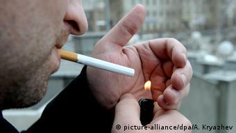 Symbolbild: Raucher / Rauchen in der Öffentlichkeit/ (picture-alliance/dpa/A. Kryazhev)