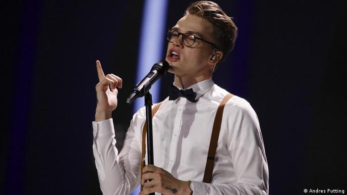 Mikolas Josef from Czechia sings with a bowtie on (Andres Putting)