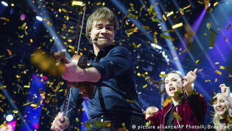 Confetti reins down on Norwegian singer Alexander Rybak (picture alliance/AP Photo/A. Braastad)
