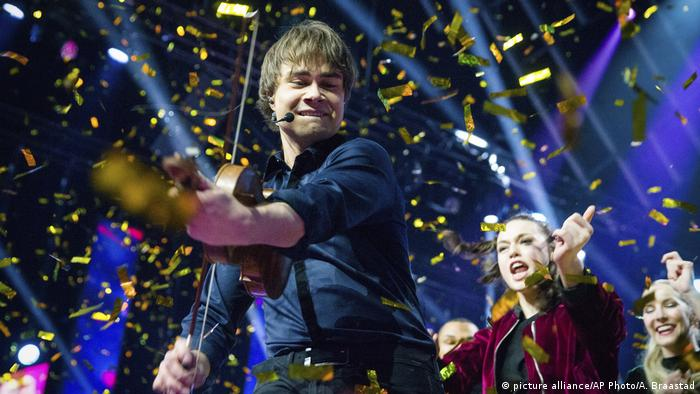 Norwegischer Sänger Alexander Rybak im Konfettiregen (picture alliance/AP Photo/A. Braastad)