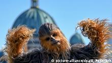 05.05.2018, Berlin: Der Star Wars-Charakter Chewbacca wirbt vor der Kuppel des Berliner Doms für den neuen Film «Solo: A Star Wars Story». Der Streifen soll am 24.05.2018 in die Kinos kommen. Foto: Britta Pedersen/dpa-Zentralbild/dpa +++(c) dpa - Bildfunk+++   Verwendung weltweit