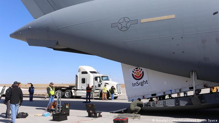 NASA Mars InSight being loaded into a cargo plane (Nasa/Jpl-Caltech/Lockheed Martin Space)