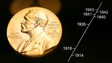 ARCHIV- Eine Medaille mit dem Konterfei von Alfred Nobel ist am 08.12.2007 im Nobel Museum in der Altstadt von Stockholm zu sehen. (zu dpa «Gerüchte um die Nobelpreise - und was richtig ist» vom 01.10.2017) Foto: Kay Nietfeld/dpa +++(c) dpa - Bildfunk+++ | Verwendung weltweit | Grafische Zeitleiste eingefügt der Programmdirektion Design der Deutschen Welle