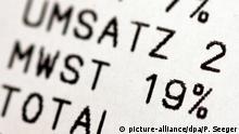 ARCHIV - ILLUSTRATION - Ein Finger zeigt am 27.12.2006 auf einem Kassenzettel in Freiburg auf die Angabe mit 19 Prozent Mehrwertsteuer. (zu dpa «Ein Weihnachtsbaum, vier Steuersätze: Die Mehrwertsteuer wird 50» vom 28.12.2017) Foto: Patrick Seeger/dpa +++(c) dpa - Bildfunk+++ | Verwendung weltweit