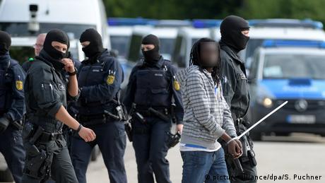 Γερμανία: Με την απειλή βίας πρόσφυγες αποτρέπουν απέλαση