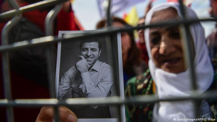 سيدة تحمل صورة صلاح الدين دمرداش، الرئيس السابق لحزب الشعوب الديمقراطي، يقبع في السجن منذ ما يقرب من أربع سنوات
