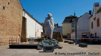 Deutschland Trier 200. Geburtstag von Karl Marx   Karl-Marx-Statue, eingehüllt