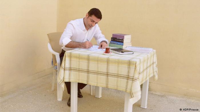 HDP'nin Cumhurbaşkanı adayı Selahattin Demirtaş seçim çalışmalarını cezaevinden yürütüyor.